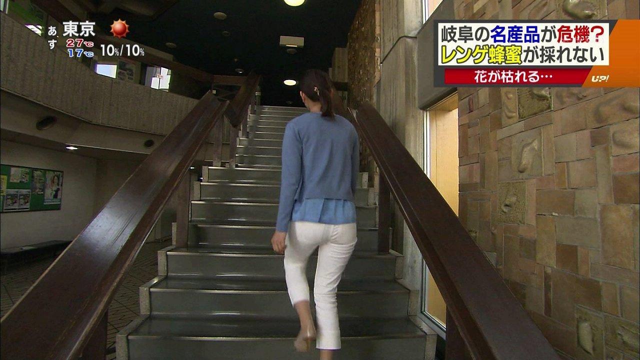 白いピタパンを履いて階段を上る女子アナのお尻
