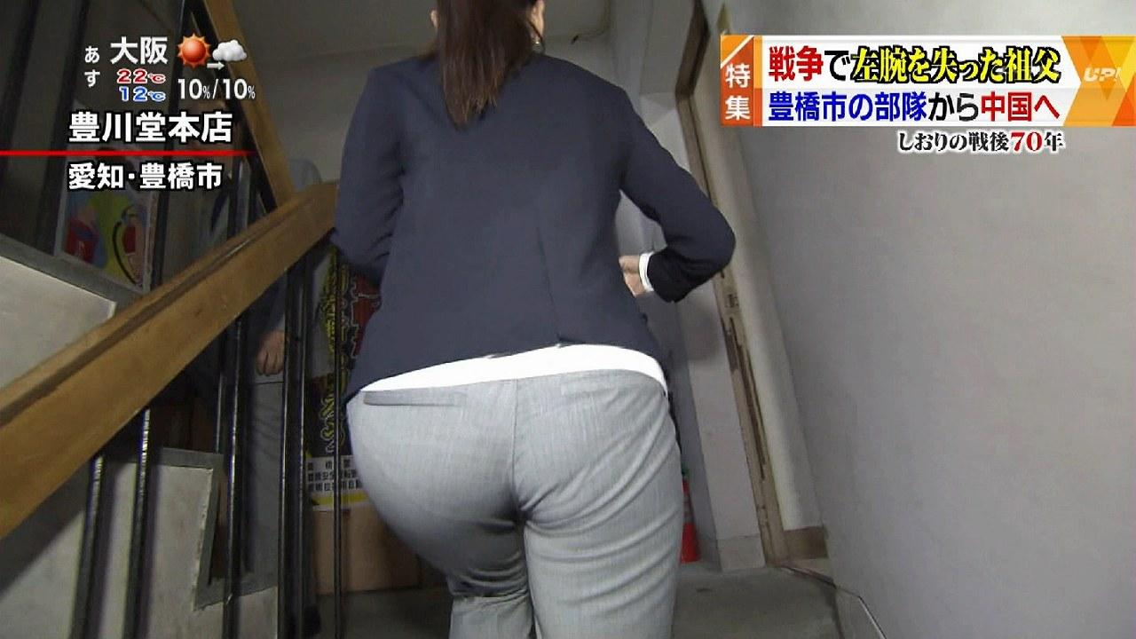 薄い生地のピチピチのパンツを履いて階段を上る鈴木しおりアナのパン線丸見えお尻
