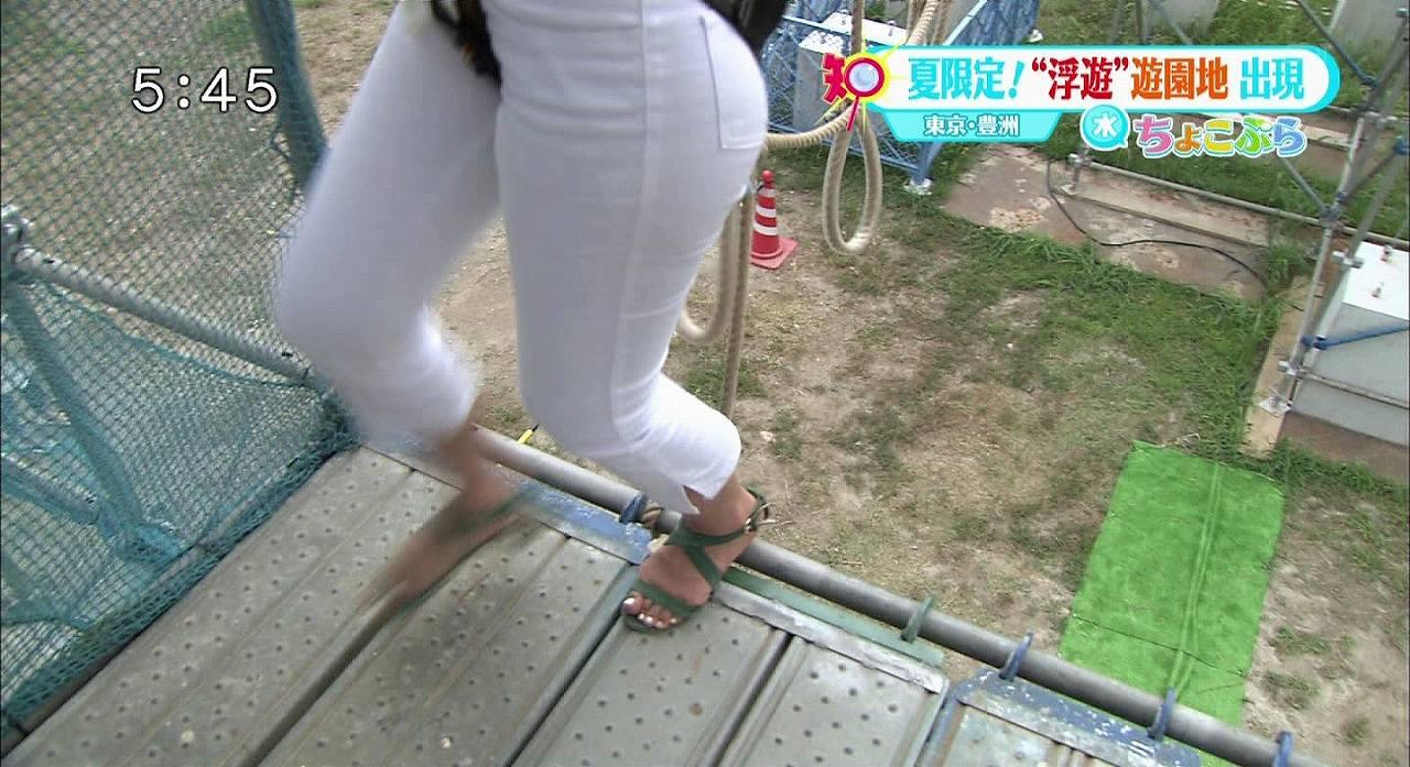 白いパンツを履いて股間を紐でつるしあげられる女子アナ