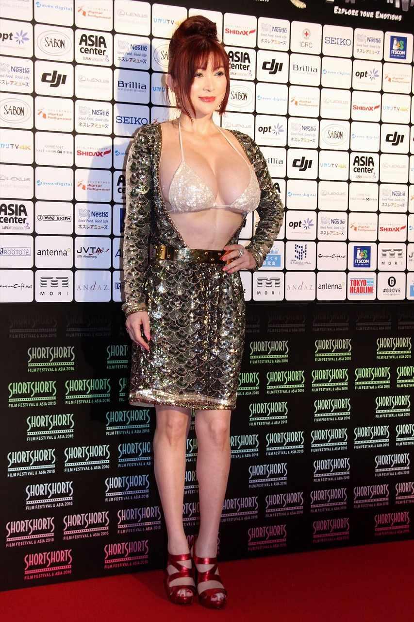 ブラジャーおっぱい丸出しの露出狂ドレスを着た叶美香