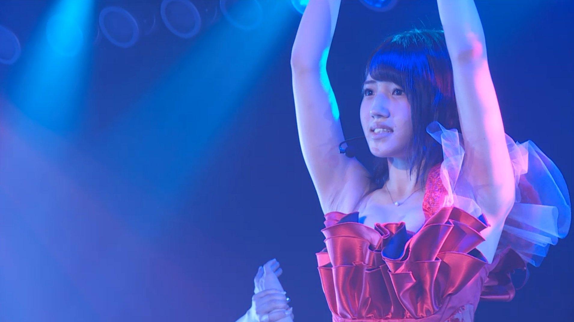 デコルテ丸出し衣装を着て両腕を上げたAKB48メンバーのワキ