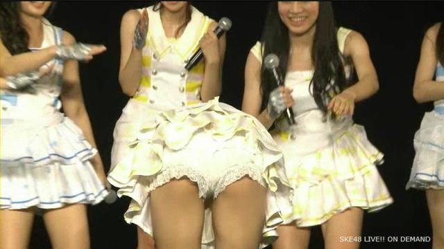 ミニスカ衣装で前屈してパンツ丸出しになってるAKB48メンバー