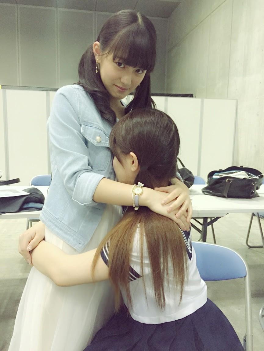 抱き合う竹内舞と竹内彩姫