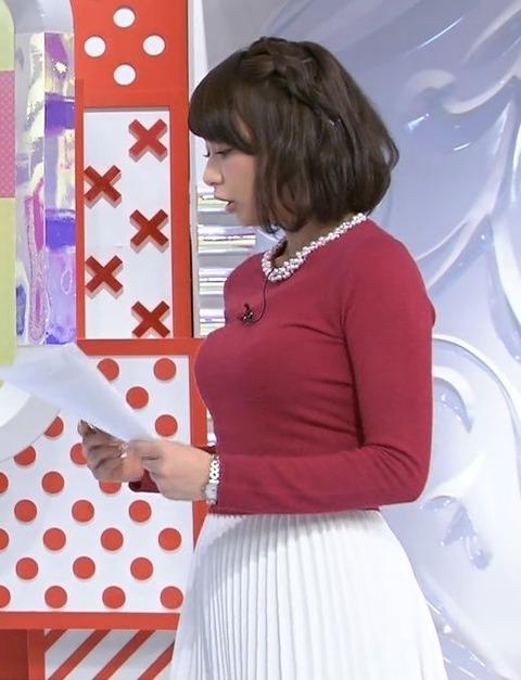 ニットの衣装を着た宇垣美里アナの着衣横乳