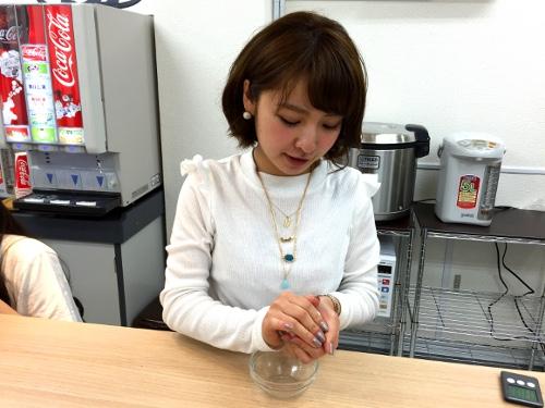 おむすびを食べながらおしゃべりするカフェ秋葉原ガールズおむすびカフェ「ガルむす」でおにぎりを作る女の子