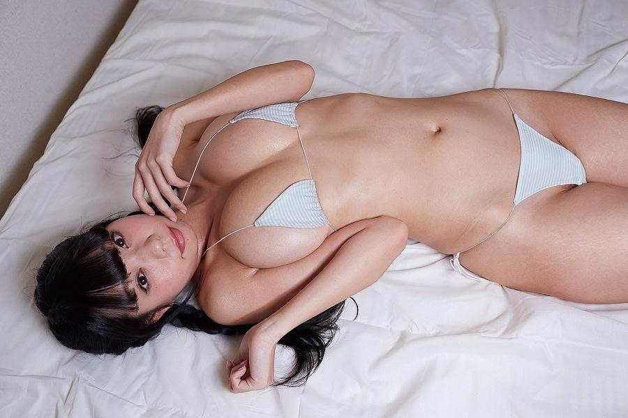 DVD「あおみんキャット」で極小水着を着た青山ひかる