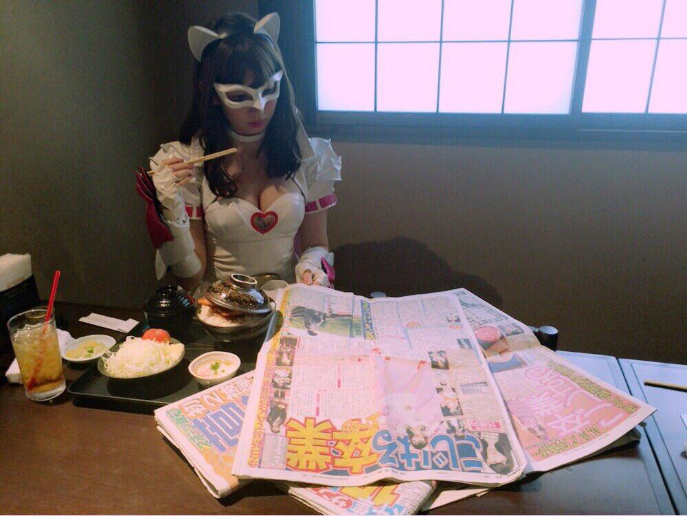 にゃんにゃん仮面衣装を着ておっぱい谷間丸出しの小嶋陽菜