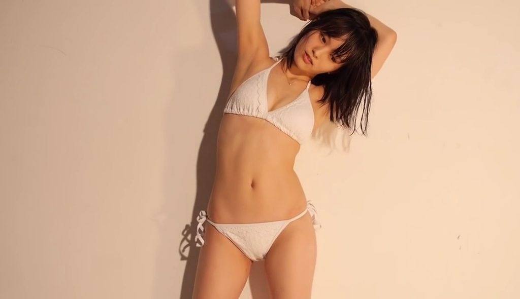 山本彩のイメージビデオDVD「SY」キャプチャ画像(白いビキニの水着を着た山本彩)