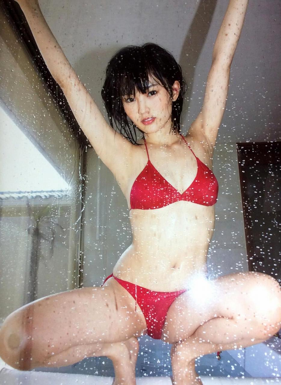 山本彩の写真集「SY」画像(赤いビキニの水着を着た山本彩)