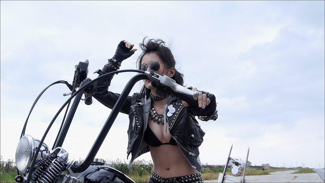 山本彩のイメージビデオDVD「SY」キャプチャ画像(ビキニの水着でバイクに乗る山本彩)