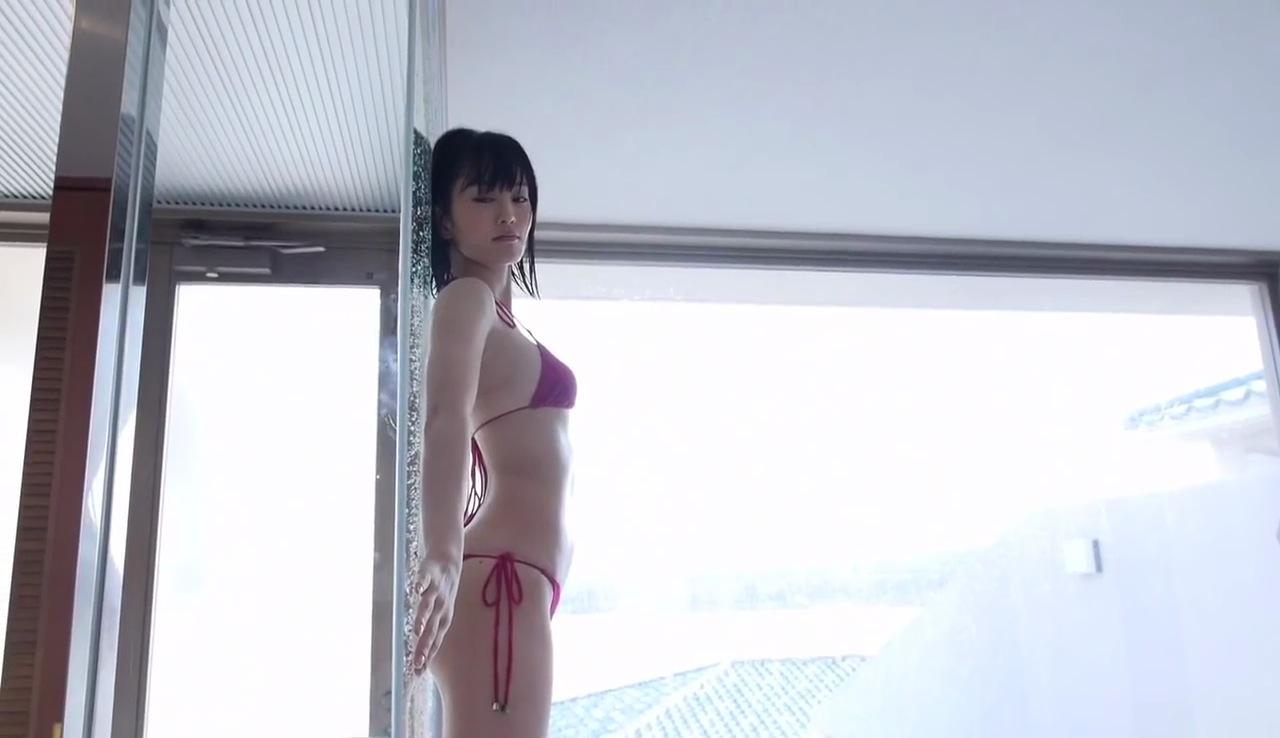 山本彩のイメージビデオDVD「SY」キャプチャ画像(ビキニの水着を着た山本彩)