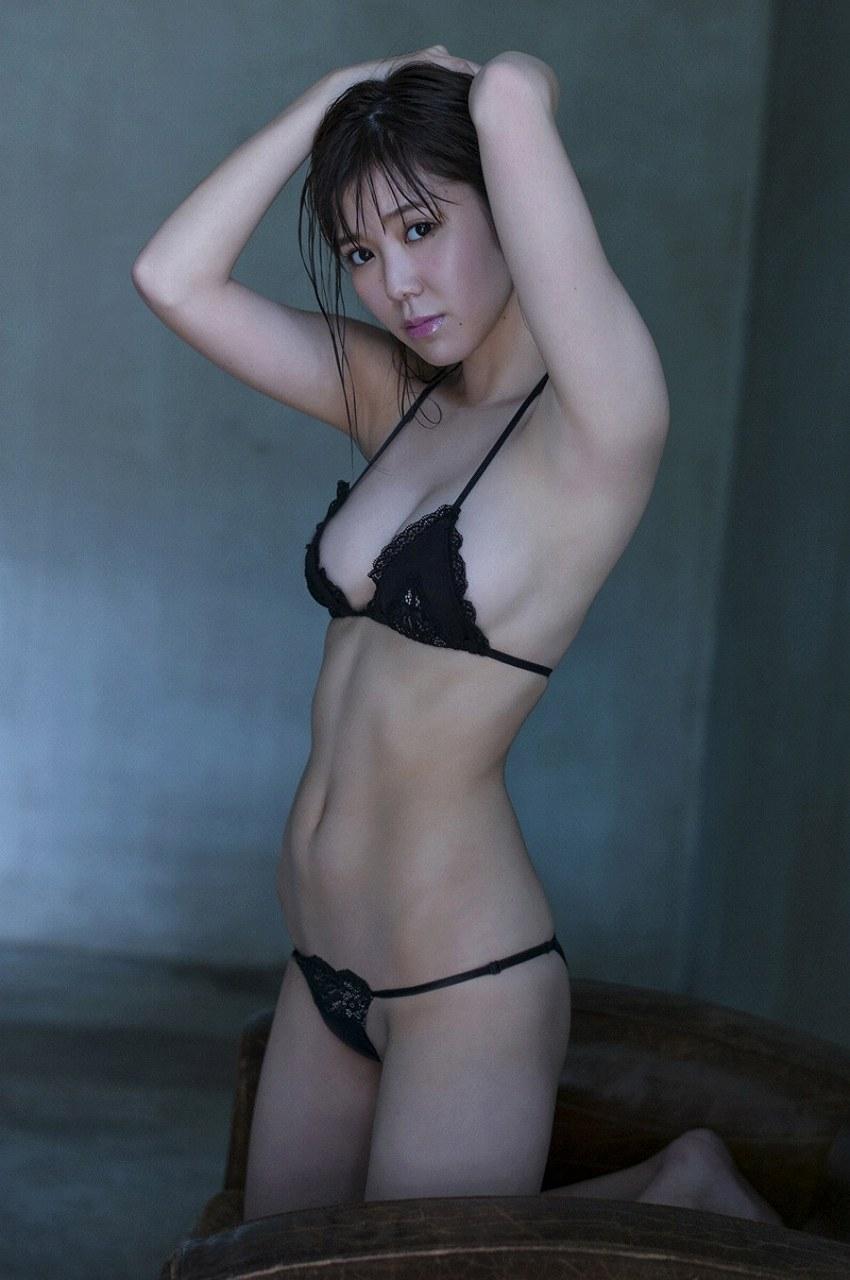 金子栞の極小水着グラビア