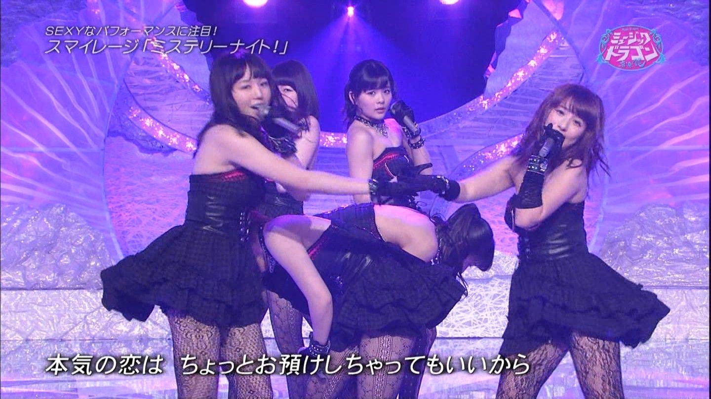 デコルテ丸出しのステージ衣装を着てセクシーなパフォーマンスで「ミステリーナイト!」を歌うスマイレージ