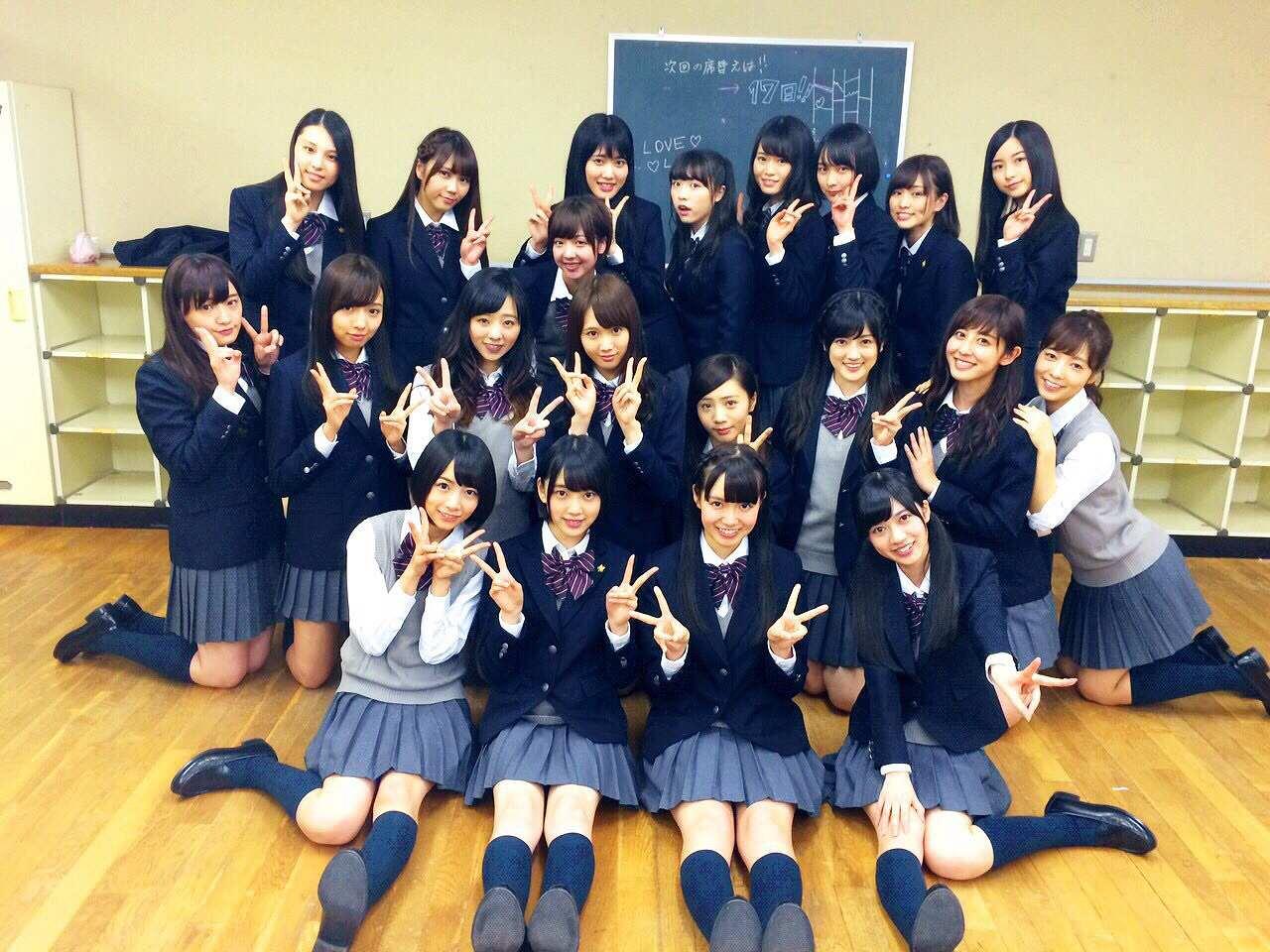 制服を着て女子高の集合写真みたいに写っている乃木坂46のメンバー集合写真