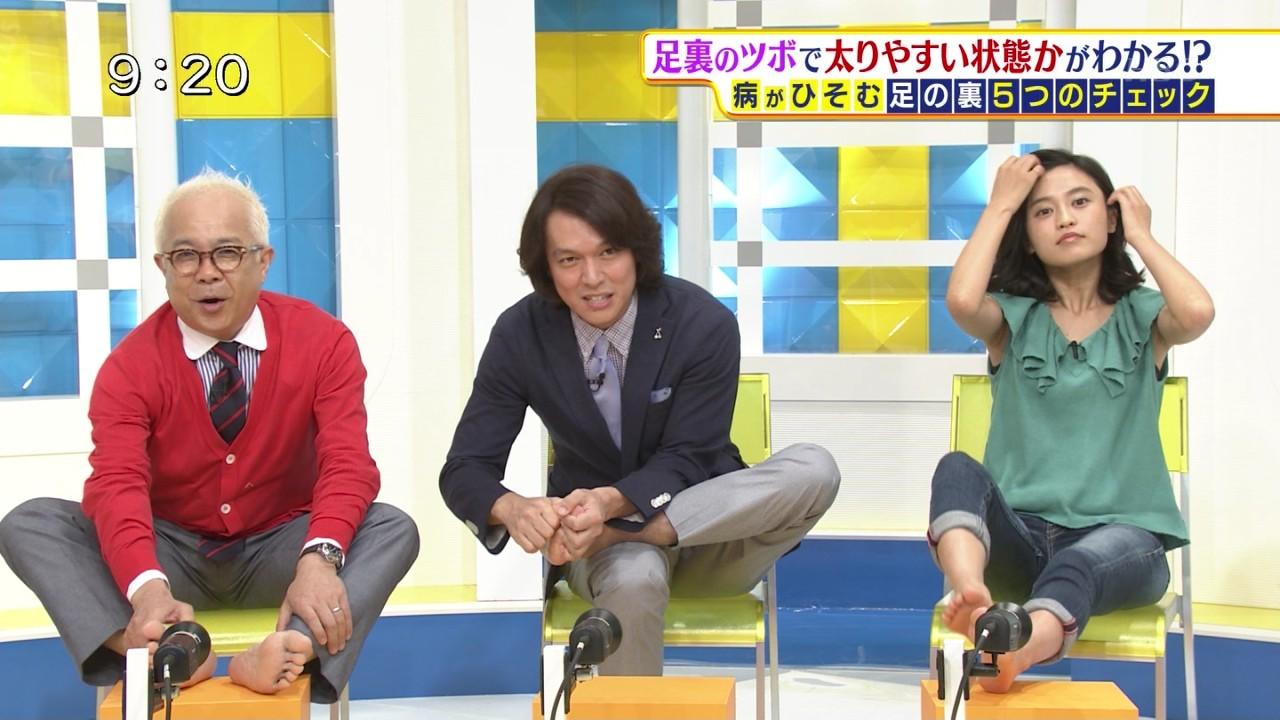 TBS「サンデープラス」に胸元ユルユル衣装で出演、エクササイズでかがんで胸チラしている小島瑠璃子
