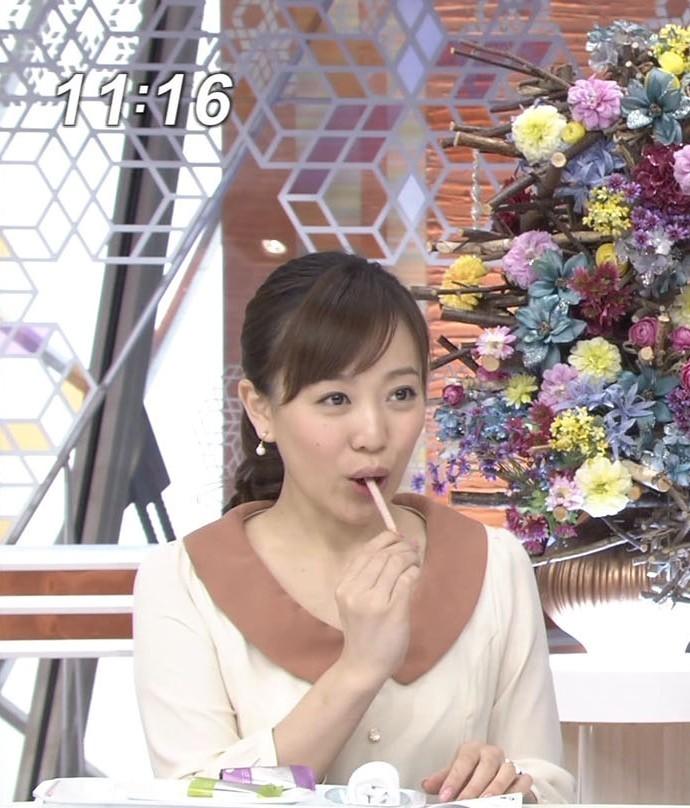 棒状の食べ物を食べる江藤愛アナの疑似フェラ顔