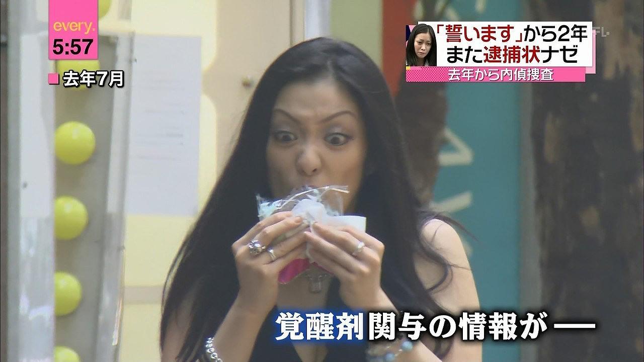 路上で食べ物を食べる小向美奈子