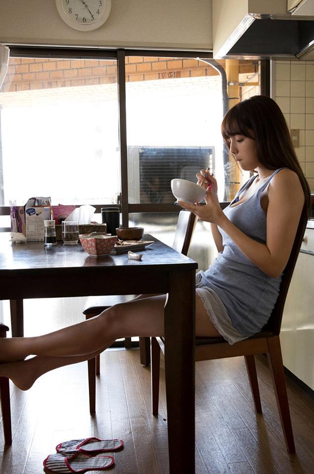タンクトップを着た篠崎愛の着衣巨乳