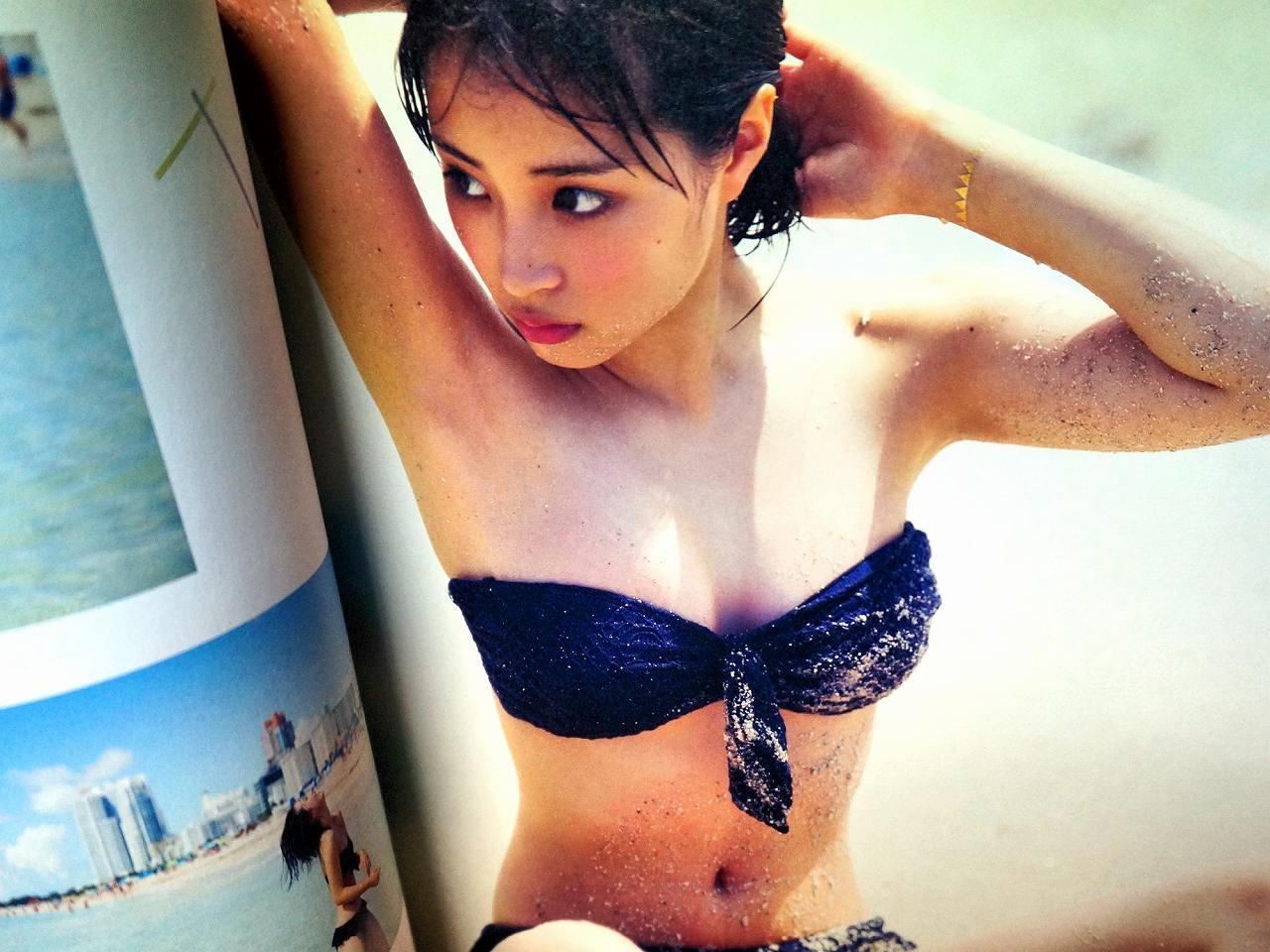 広瀬すずの写真集「17才のすずぼん。」画像(ビキニの水着を着た広瀬すず)