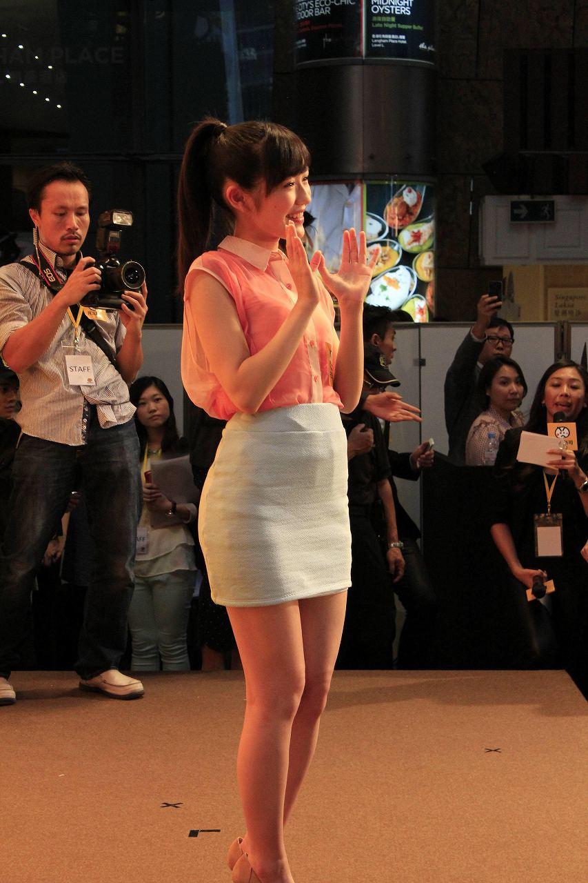 ミニのタイトスカートを履いた下半身しっかりの渡辺麻友