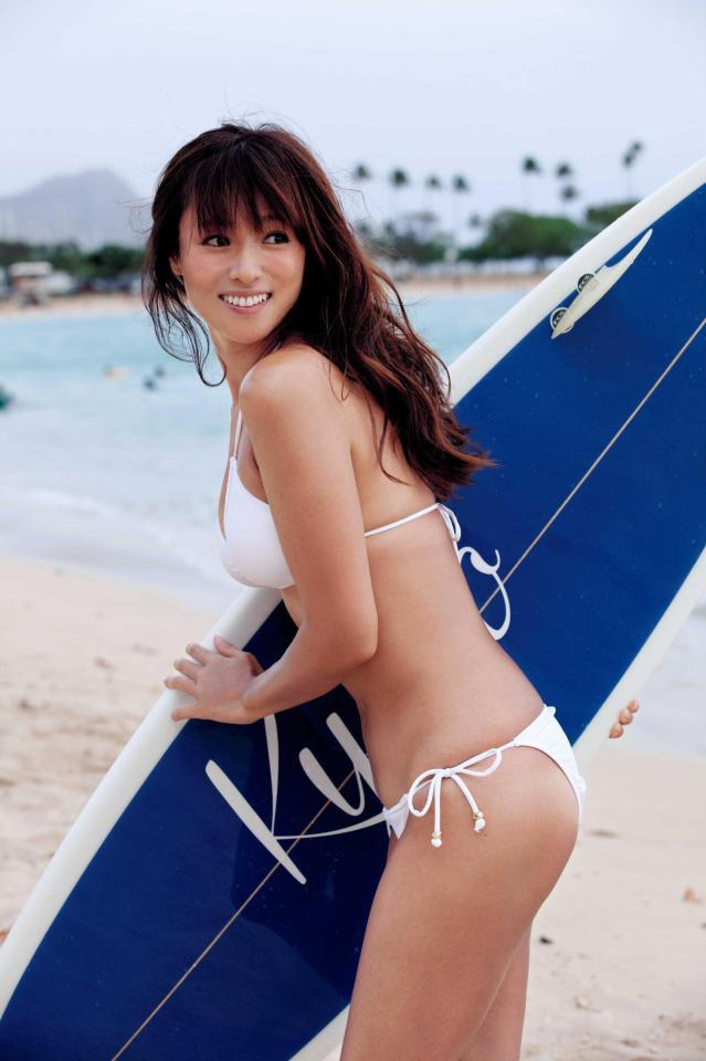 深田恭子の写真集「AKUA」画像(ビキニの水着でサーフィンをする深田恭子)