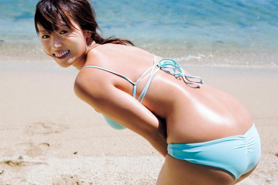 深田恭子の写真集「AKUA」画像(ビキニの水着を着てお尻を突き出した深田恭子)