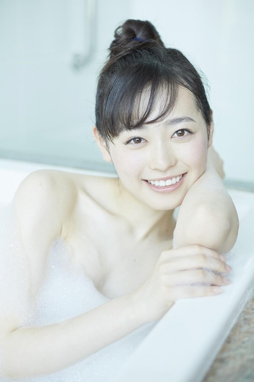 福原遥の写真集『はるかかなた』画像(泡風呂に入る福原遥)