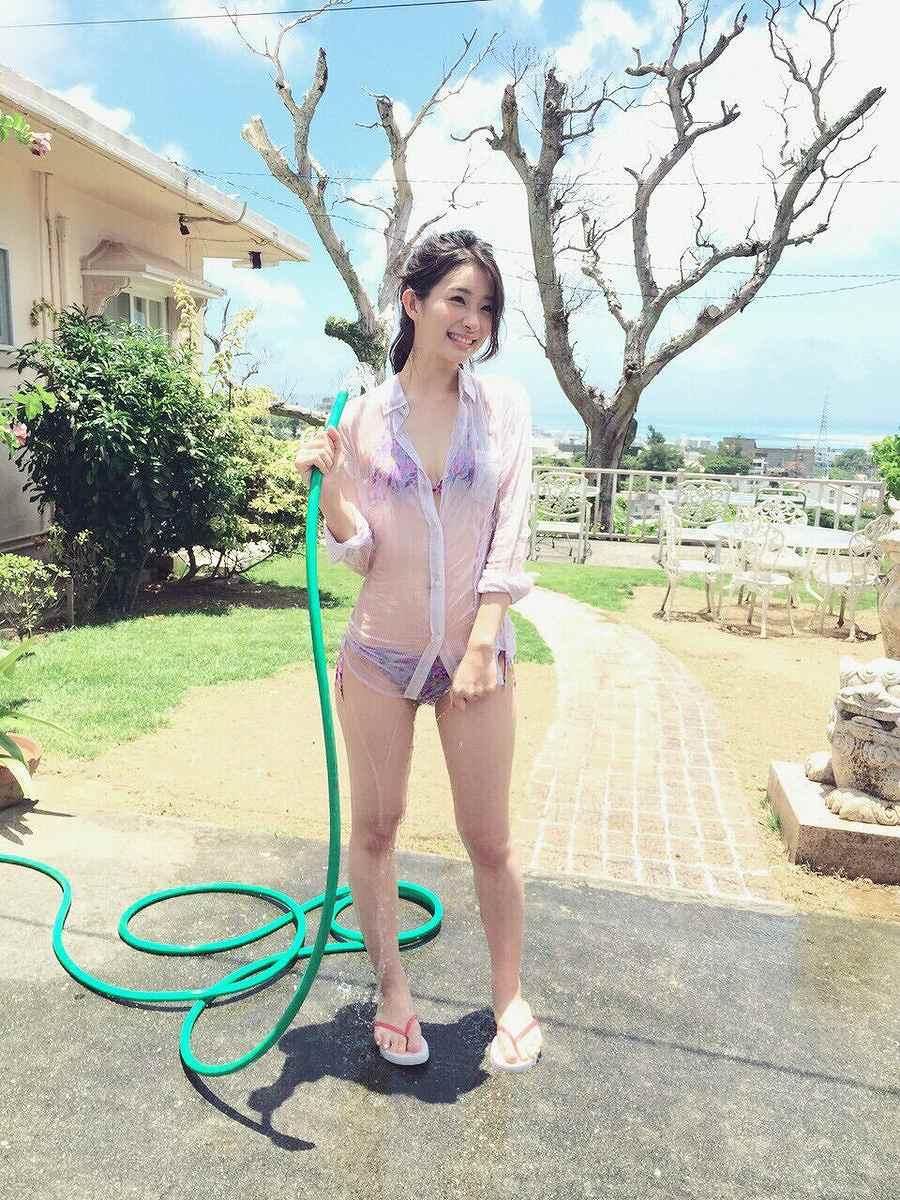 足立梨花がビキニの日(7月5日)にTwitterにアップしたビキニの水着を着た足立梨花の画像