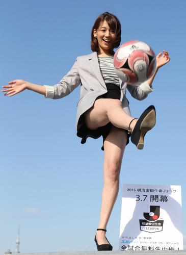 2代目Jリーグ女子マネジャーに就任した佐藤美希(ショートパンツでサッカーボールを蹴る佐藤美希の丸出し太もも)
