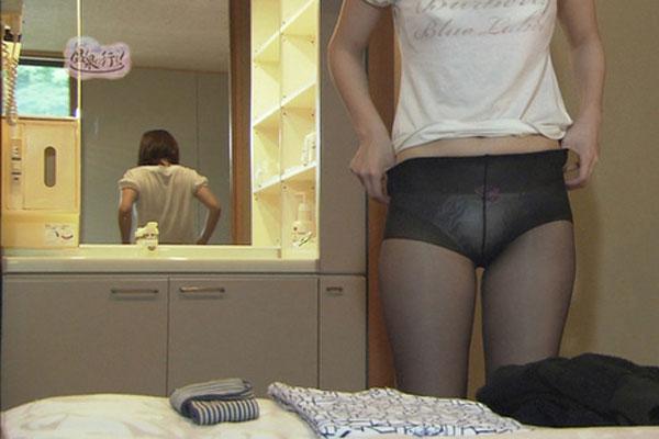 「もっと温泉に行こう!」、脱衣シーンでパンツの上に黒ストッキングを履いた女