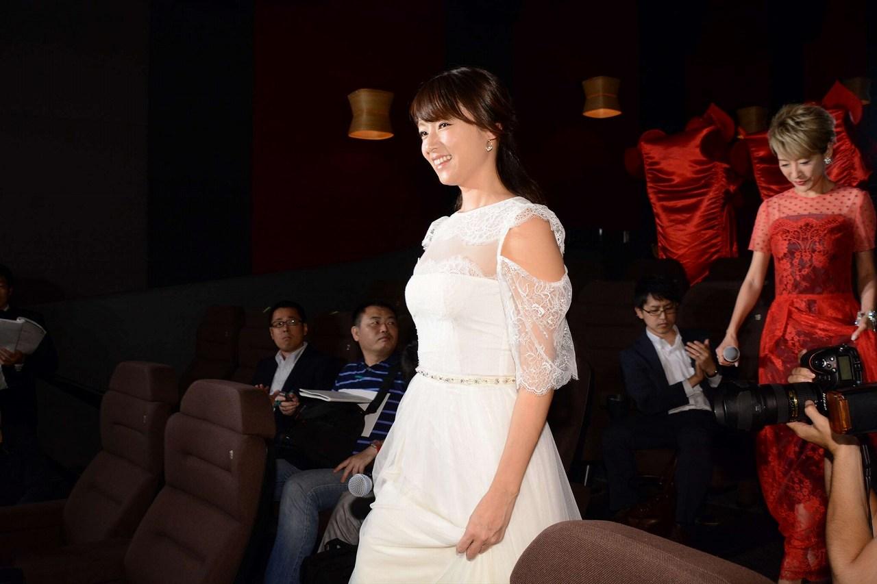 映画「アリス・イン・ワンダーランド/時間の旅」の大ヒット舞台あいさつにおっぱい谷間スケスケの純白ドレスで登場した深田恭子