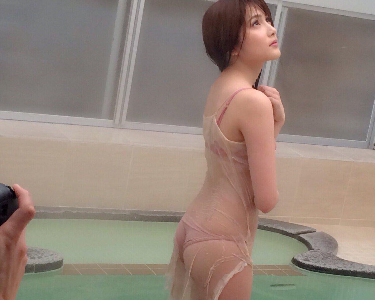 びしょ濡れで水着がお尻に食い込んでる入山杏奈