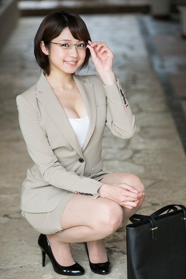 中村静香のイメージビデオ「しずかの季節」画像(OLスーツを着て眼鏡をかけた中村静香)