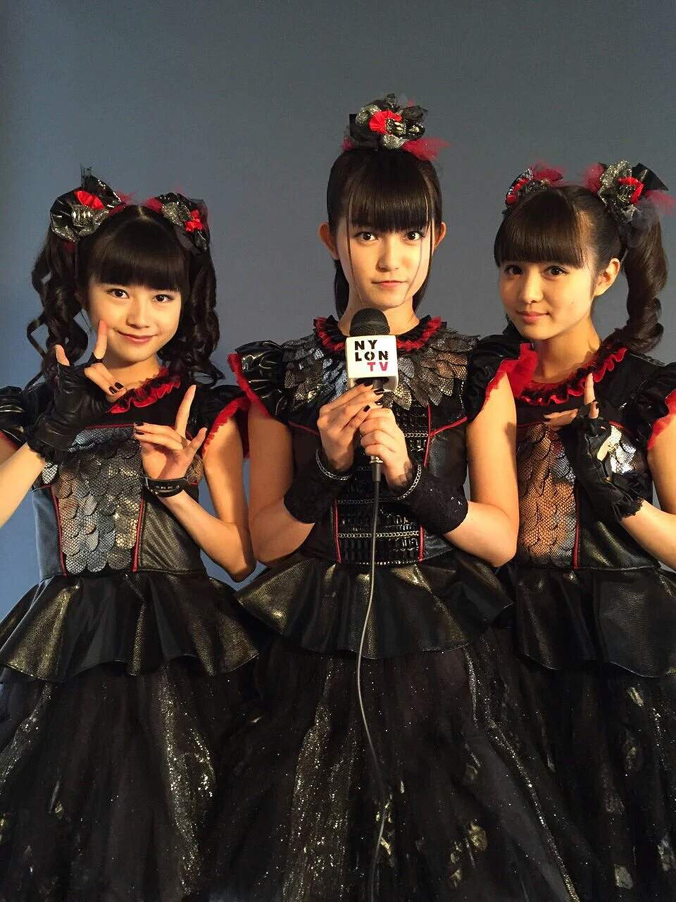 ステージ衣装を着たBABYMETALメンバー(ベビメタのYUIMETAL、SU-METAL、MOAMETAL)