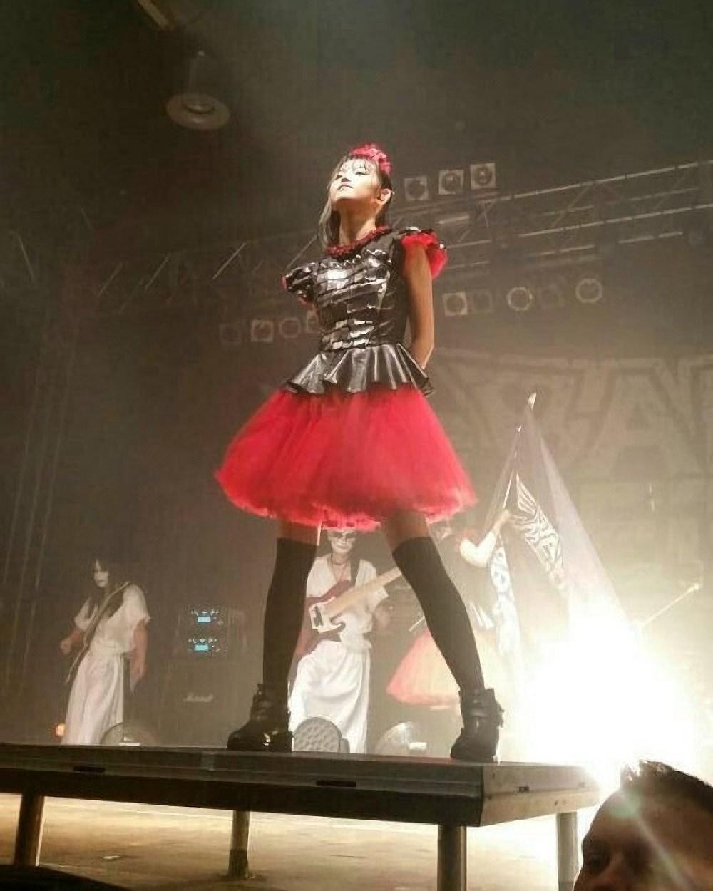 ステージ衣装を着たベビメタ・SU-METAL(中元すず香)