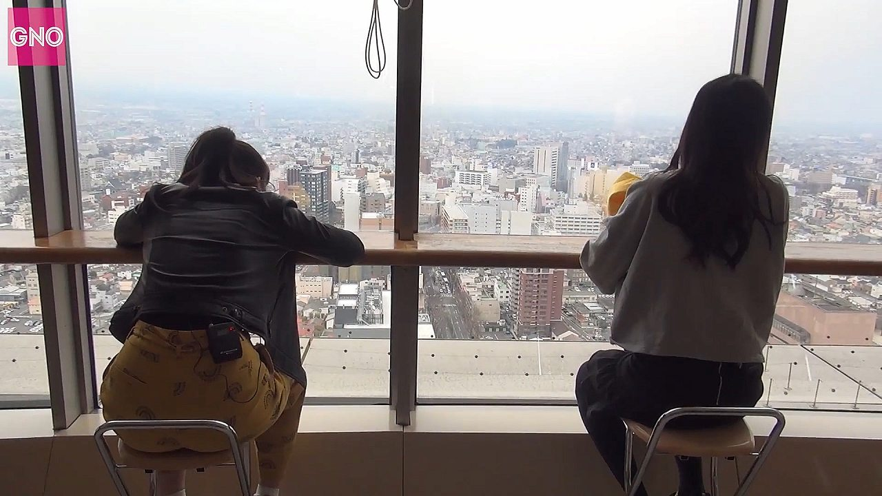 椅子に座ったアンジュルム・相川茉穂のドカケツ