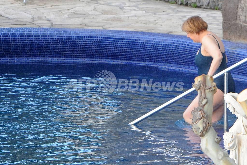 スクール水着を着てプールに入るドイツのメルケル首相