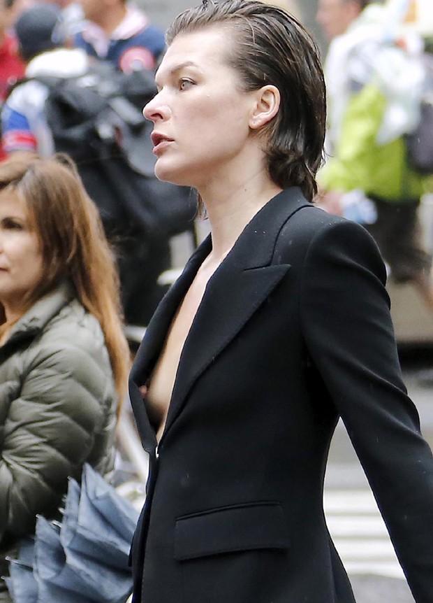 ノーブラでスーツを着て乳首ポロリしているミラ・ジョヴォヴィッチ