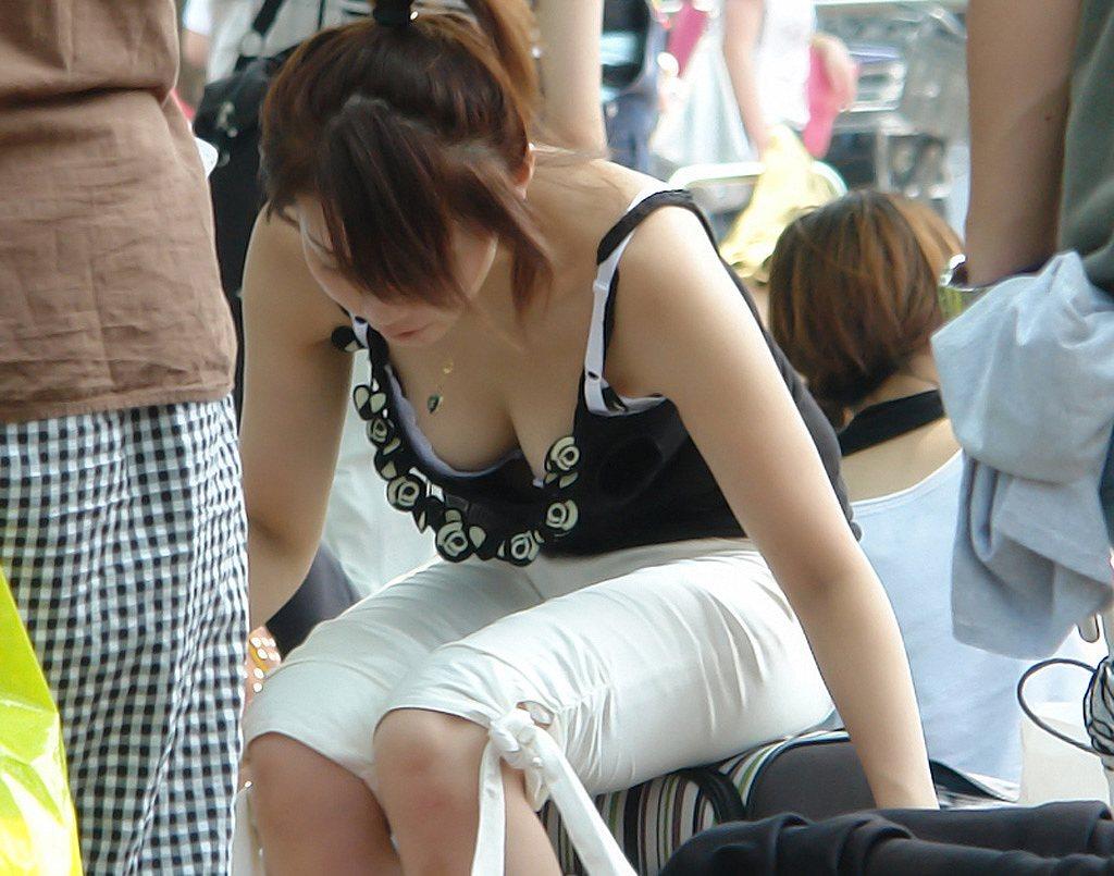 胸元ユルユル服でかがんで無防備におっぱいポロリしている女