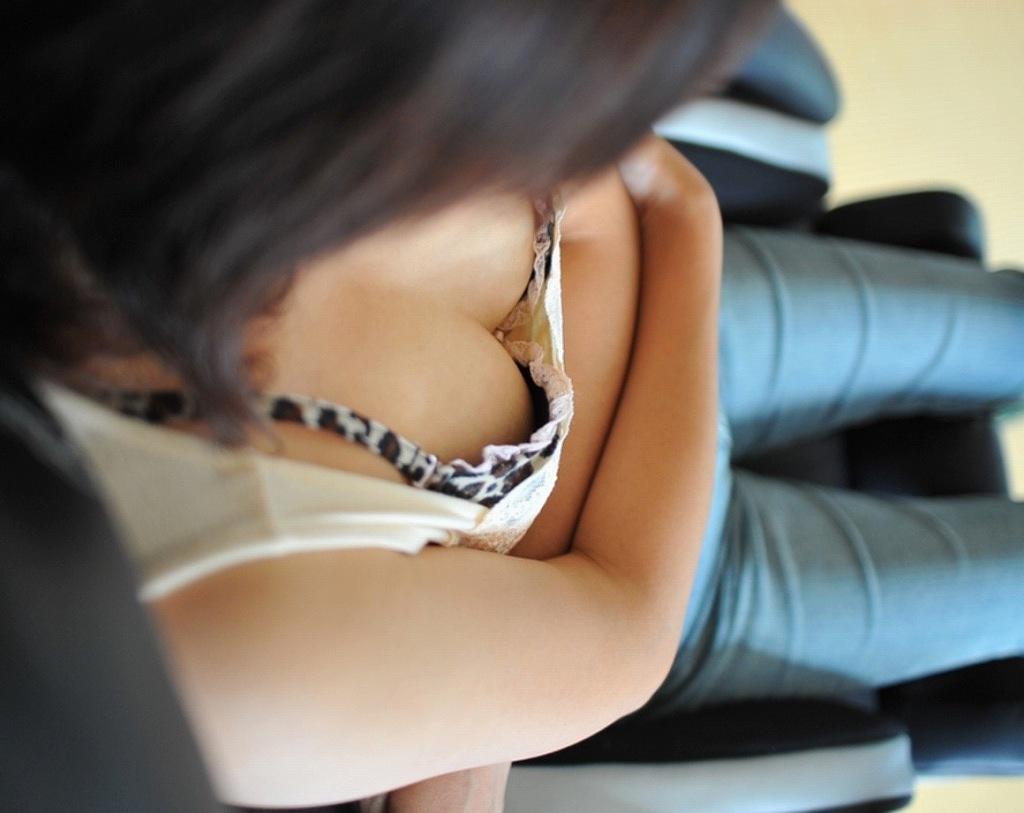 胸元ユルユル服で無防備におっぱいポロリしている女
