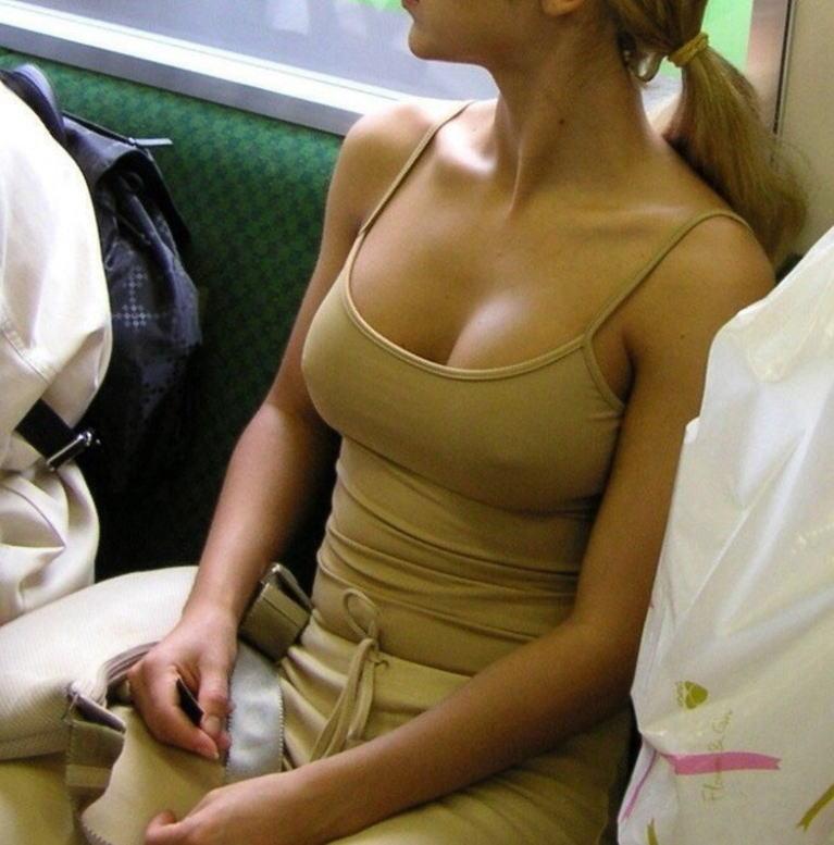 ノーブラでノースリーブを着て乳首ポチしている女