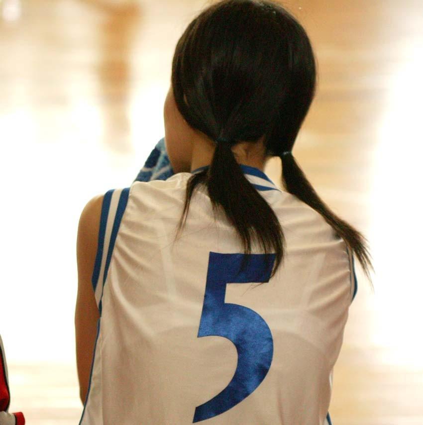 白くてスケスケのバスケットボールユニフォームを着てブラジャー丸見えの女の子