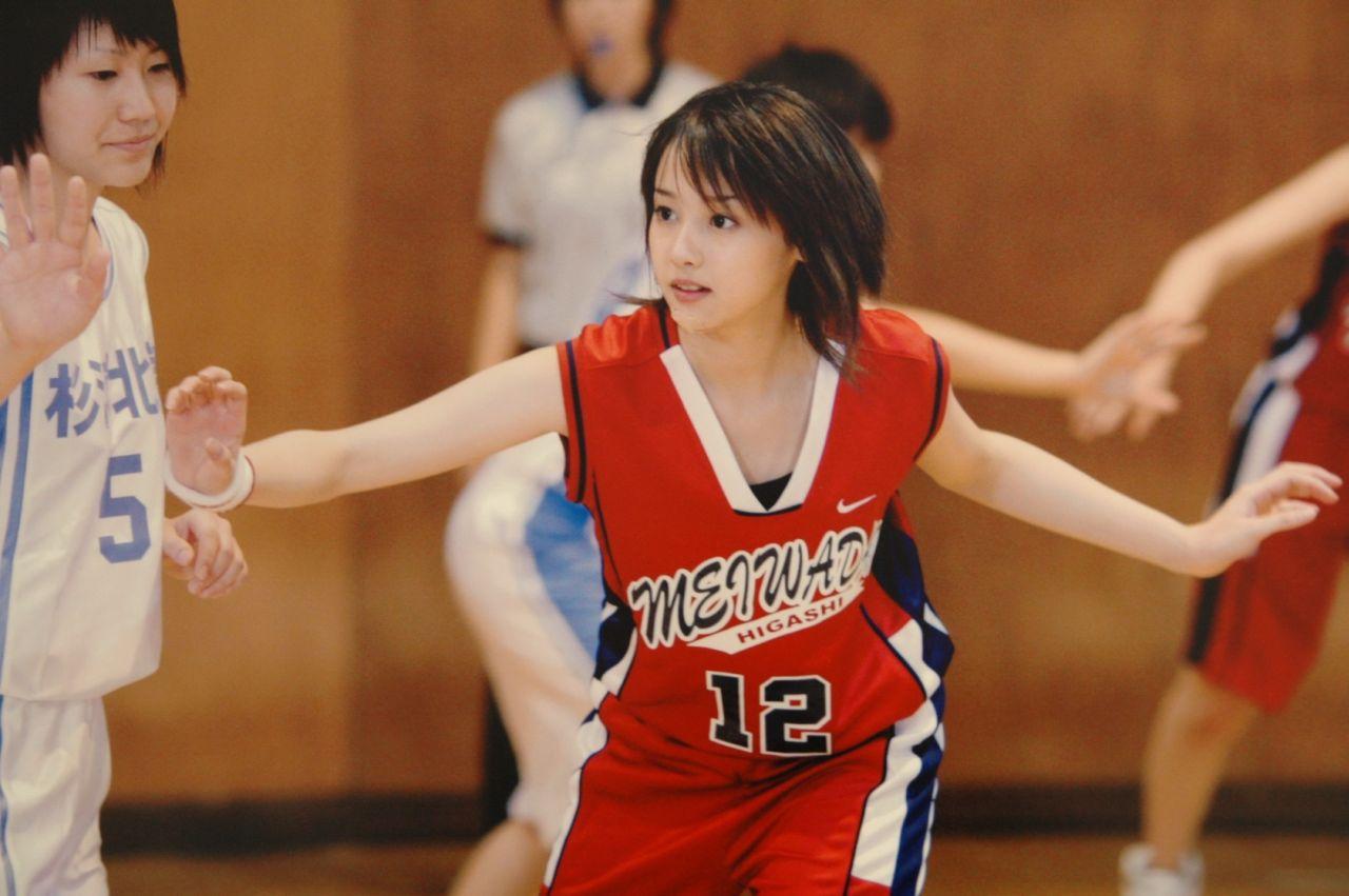 バスケットボールユニフォームを着てバスケをする沢尻エリカ