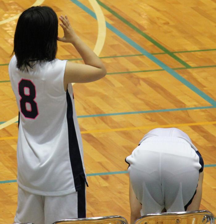 白くてスケスケのバスケットボールユニフォームを着てパン線丸見えの女の子
