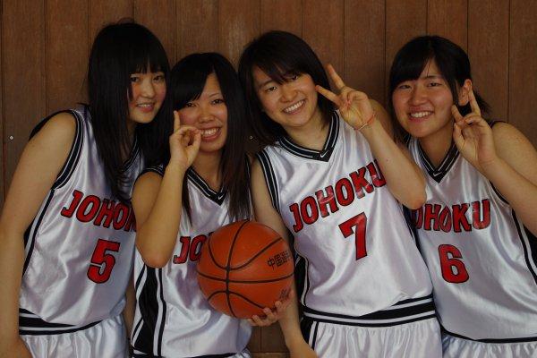 バスケットボールユニフォームを着た女の子