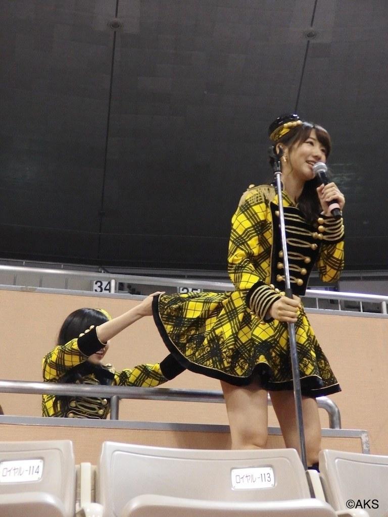 ステージ衣装のスカートをめくって柏木由紀のお尻をのぞく渡辺麻友