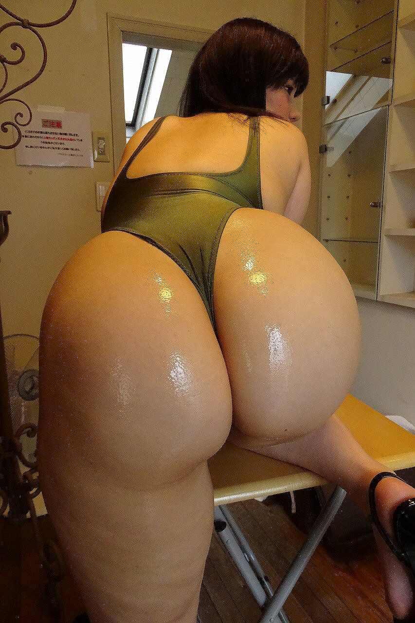 安産型のデカ尻で水着が食い込みまくってる女