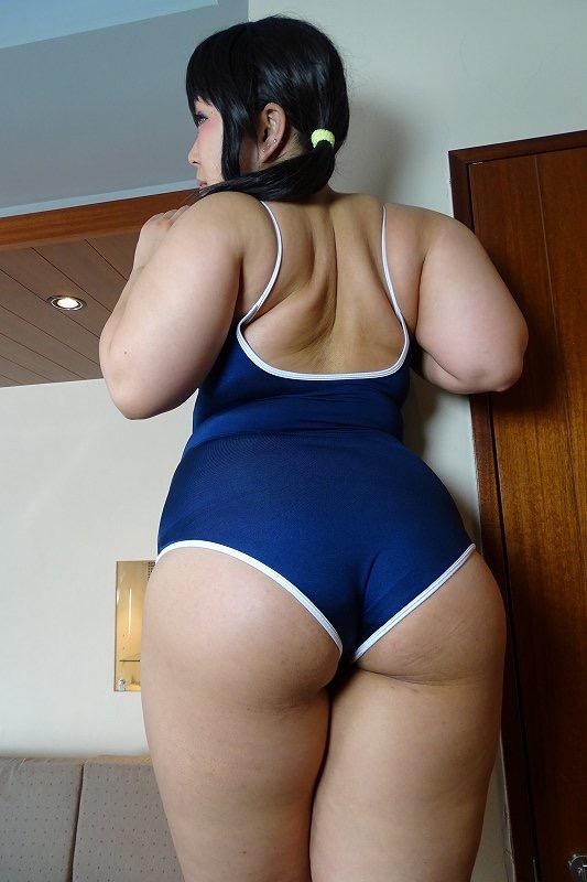 スクール水着を着たデカ尻の女