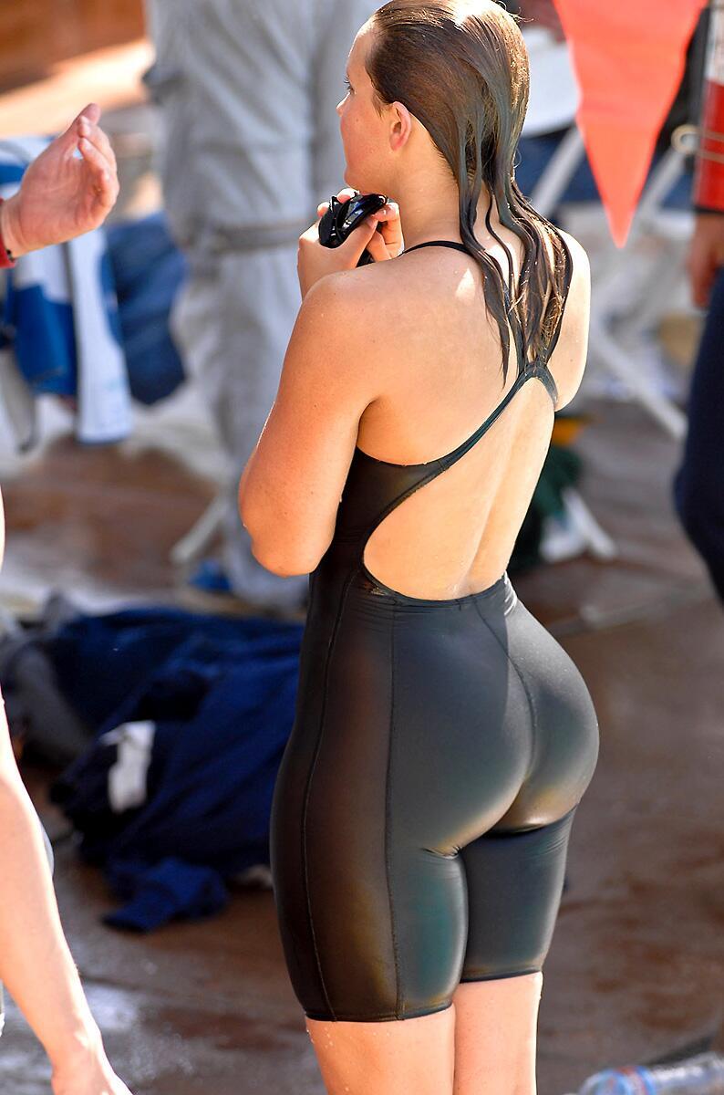 ウェットスーツを着たデカ尻女