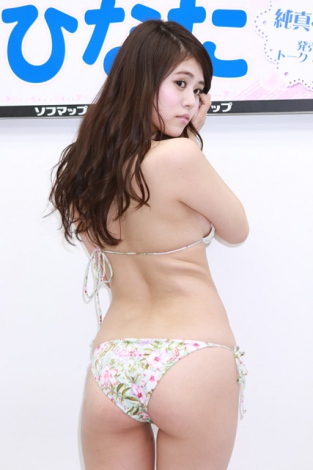 DVD「純真ベイビー」の発売記念イベントでソフマップに登場した志崎ひなた
